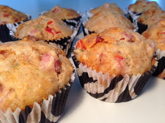 Lækre grove pizza muffins, som børnene vil elske at have med i madpakken. De er hurtige og nemme at lave. De kan fyses, så du har en nem madpakke klar