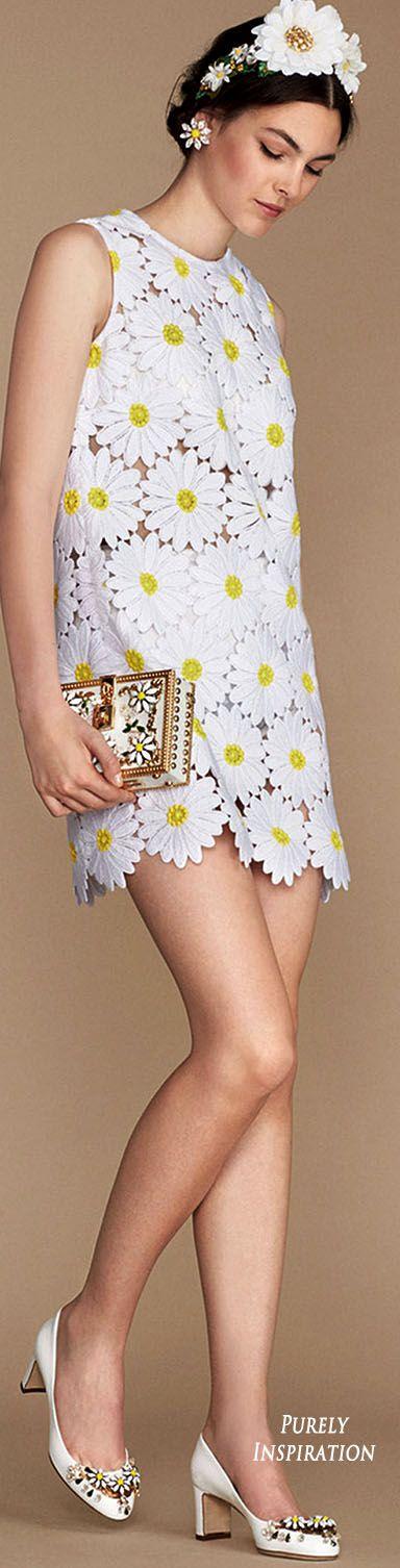 Ontwerper: Dolce & Gabbana Ik vind dit een mooie jurk, niet om aan te doen maar ik een atelier zou ik hem mooier vinden. Hij is heel rustig de madeliefjes zijn niet te druk en het is leuk dat de bloemen echt de jurk zelf zijn en het er niet gewoon opgenaaid is.