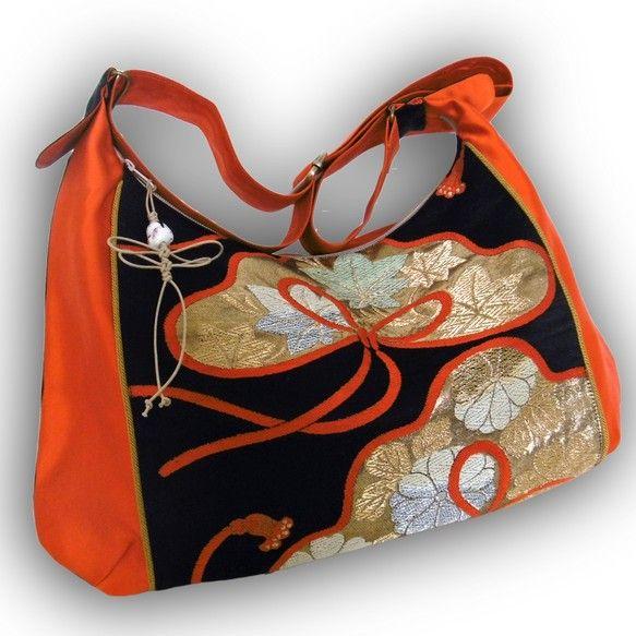ビンテージ帯のリメイク、2-WAY キュートな斜めがけメッセンジャーバッグ- 黒とオレンジ、松模様 ショルダーバッグ Kazuen ハンドメイド通販・販売のCreema