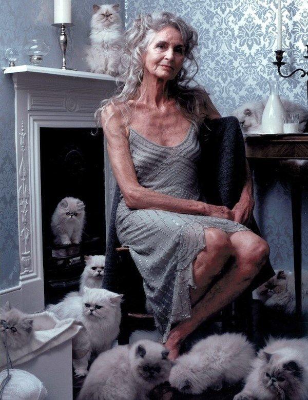 Het 87-jarige model Daphne Selfe is een online modellenopleiding begonnen. Ondanks haar leeftijd is ze nog steeds een veelgevraagd model voor merken als Do