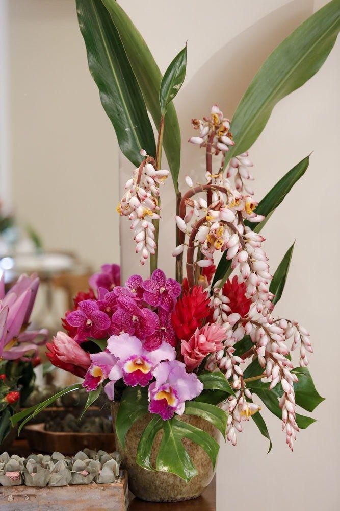 Para florir a mesa de doces, vandas, costela-de-adão, flor de bananeira, helicônias, e outras flores tropicais.