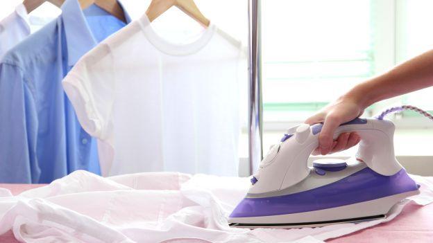 Come stirare e piegare le camicie. Stirare le camicie è considerata un'attività noiosa ma con i giusti consigli potrà diventare meno impegnativa del previsto.