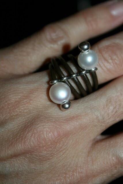 Anillo de cuero con perlas naturales.