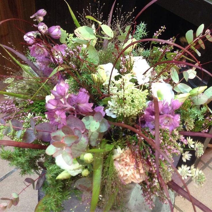 """23 likerklikk, 1 kommentarer – Botanica Blomster (@botanicablomster) på Instagram: """"Når det er mørkt og trist ute, dekorerer vi med lyse lekre blomster inne.  #astrantia #diantus…"""""""