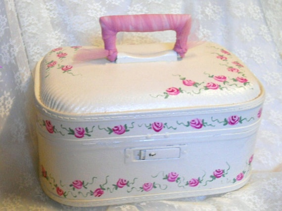 1/2 OFF Train Case Shabby Chic Wedding Pink Roses by YoYoCottage, $30.00: Crafty Stuff, Training Cases, Pink Roses, Altered Suitca, Cases Shabby, Cottages, Furniture Old Suitca, Rose Makeup, Shabby Chic Weddings