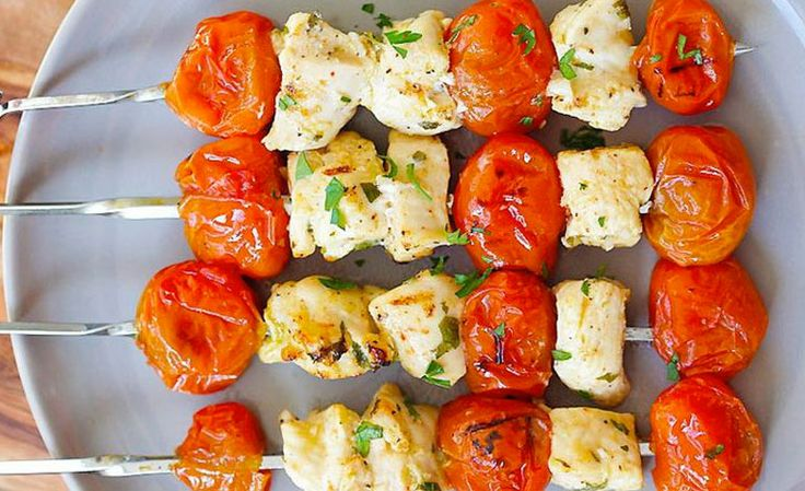 Gli spiedini di pollo con pomodorini e fontina sono un piatto semplice e veloce…