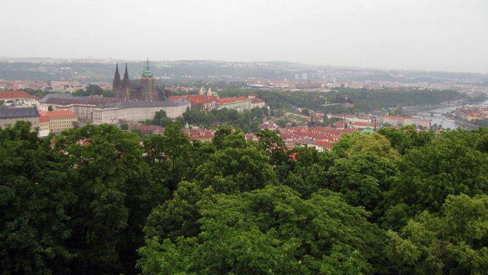 Castelul vazut de pe Petrin Hill O vacanta in Praga in imagini - galerie foto. Vezi mai multe poze pe www.ghiduri-turistice.info