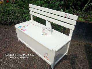 Een klepbankje beschilderd met afbeeldingen van het aangeleverde geboortekaartje door Zus & Zus