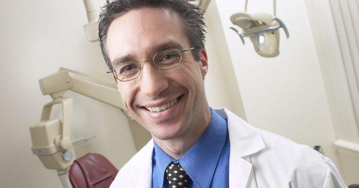 ¿Cuánto ganan los ortodoncistas?. Los ortodoncistas son dentistas que enderezan los dientes usando aparatos u otros dispositivos. Para ser ortodoncista es necesario hacer un programa de residencia de entre dos y tres años luego de terminar de estudiar en la facultad de odontología. Según el Instituto Nacional de Estadísticas Laborales, los ortodoncistas tienen un sueldo anual ...