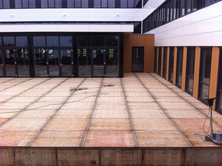 Groot terras aangelegd met hardhouten steenschotten van Houthandel Woerden.