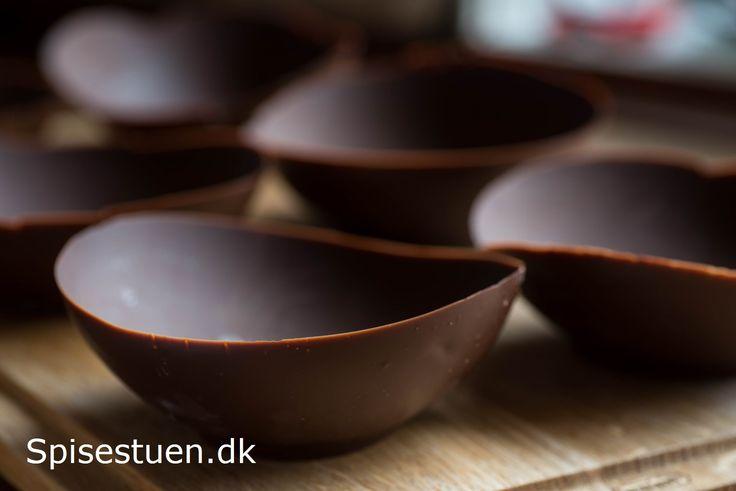 En sjov og festlig måde at lave en chokoladeskål på. Dem her blev fyldt med grapefromage, og var vores dessert nytårsaften. Ellers ville de være skønne at fylde med is og frugt :-) Helt enkelt og n…