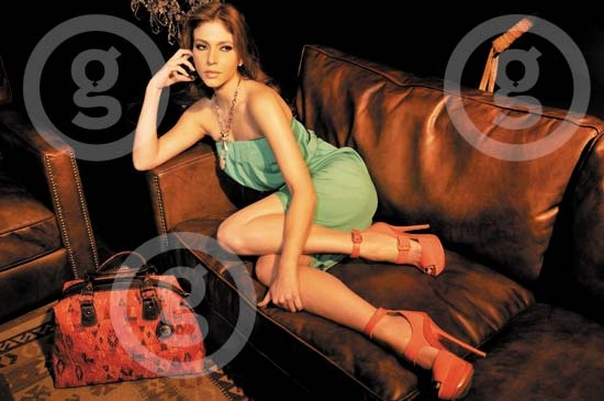 Revista AMIGA / Junio 2012  Este vestido es un básico para las noches de fiesta, su escote strapless y el corte de la falda tail hems o corto del frente con cola, lo hacen la prenda perfecta para la temporada.