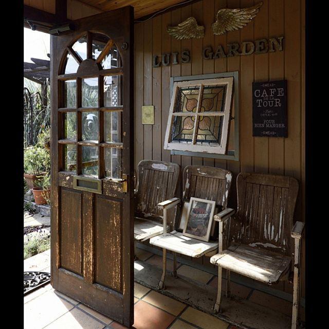 のドア/テラコッタタイル/雑貨/ステンドクラス/アンティーク/玄関/入り口…などについてのインテリア実例を紹介。「アンティークのドアを取り付けました。真ん中のガラスがレンズのように丸くなっていてかわいいです。付いていた蝶番や金物をそのまま利用したので玄関ドアが内開きです。」(この写真は 2016-03-26 13:11:53 に共有されました)