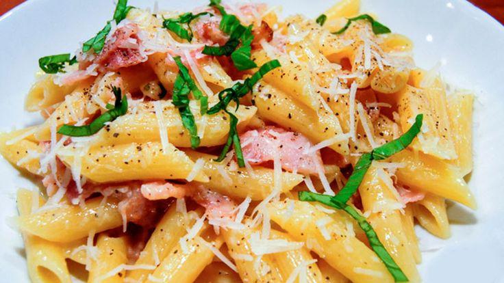 Recept Pasta Carbonara met Champignons, lekkere romige pasta. Met een licht gerookte smaak van de rookspekjes. Voor 4 personen.
