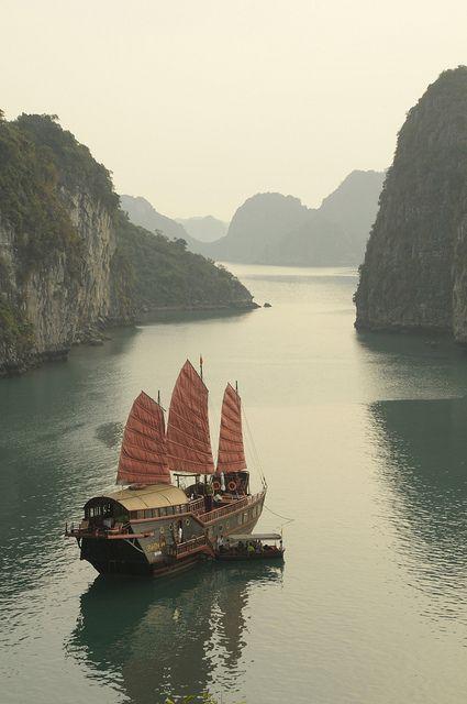 La Baie d'Halong, située au Nord-est du pays. Ce labyrinthe marin constitué d'un millier de petites îles émergeant des eaux émeraude du golfe du Tonkin forme un paysage spectaculaire