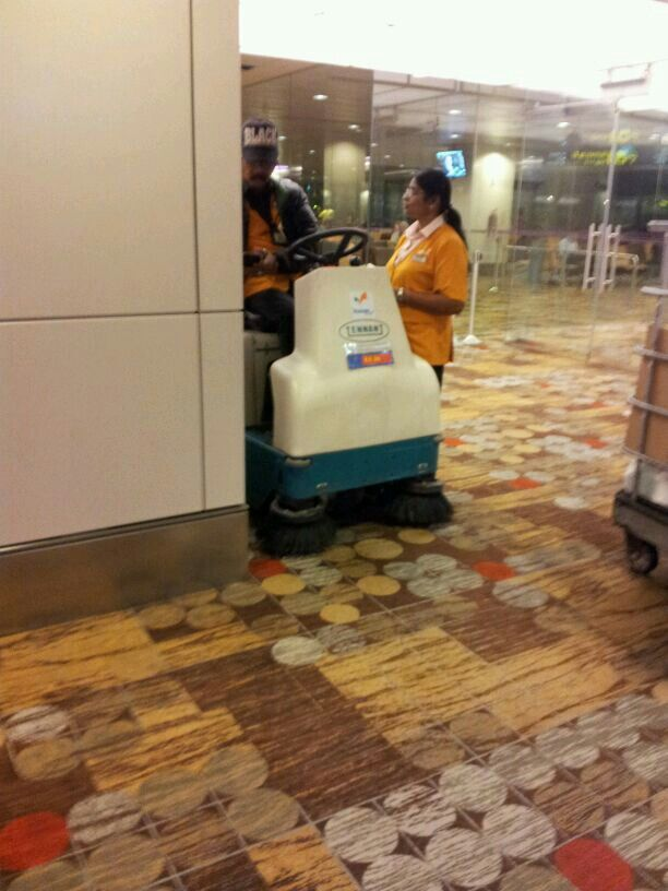Barredora Tennant 6100 en aeropuerto de Singapur