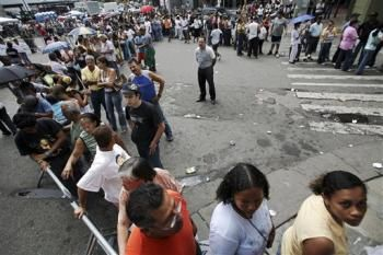 16 Unbelievable Images of Massive Lines to buy milk, bread and basic Products | #SOS Venezuela - See more at: http://reportavenezuela.info/16-unbelievable-images-massive-lines-buy-milk-bread-basic-products-sos-venezuela/#sthash.ENqbM2Pi.dpuf
