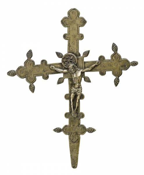 Feszület Feszület francia, 14. század, öntött bronz, előlapján Krisztus a feszületen, hátlapja 15. századi pótlás Mária a gyermek Jézussal ábrázolás, vésett koncentrikus kör és lángnyelv motívum díszítésekkel, sérült 42*34 cm Kikiáltási ár: 1 500 000 HUF