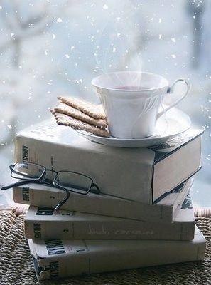 Snowing outside ... warm tea and books inside! #snow / Nevicata fuori... tè caldo e libri dentro! #neve