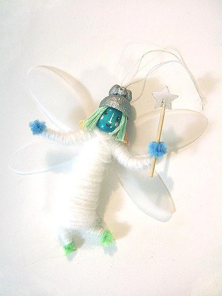Les petites fées de Noël : un bricolage / DIY à faire avec les enfants pour accrocher au sapin de Noël cette fée avec sa baguette et ses ailes !