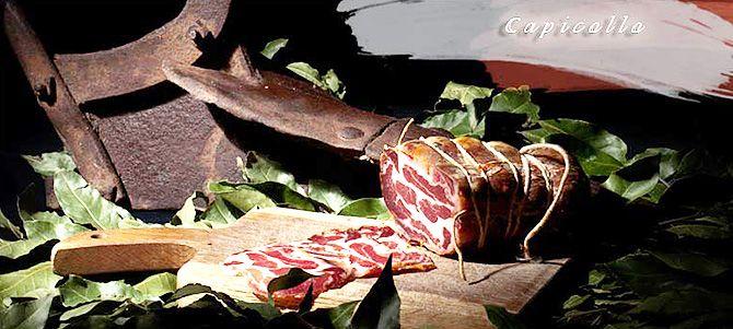 Oryginalny włoski boczek Capicollo to delikatne i miękkie mięso przygotowane z najwyższej klasy mięsa włoskich tusz wieprzowych. Do podawania z włoskim Panini lub jako dodatek do pizzy lub kanapek.