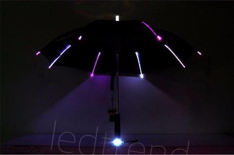 Paraply med LED-lys -   Paraply med LED-lys vil garantert få deg i godt humør, selv om regne øser ned. LED-paraplyen vil ikke bare holde regne unna deg, men vil også få deg trygt hjem, med LED-lysene som veiviser. Og ikke minst, så vil de som ser deg, få se ett syn, de sjelden har sett. Da er det bare smile tilbake, selv om det regner :)   Når du åpner paraplyen, så vil den være 105cm, LED-lys på selve paraplyen, og under håndtaket. Skaff de verdens kuleste LED-paraply fra ledtrend.no