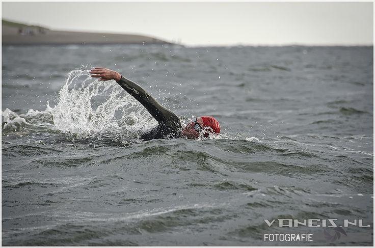 De zwemtocht van Den Helder naar Texel gaat zaterdag 16 augustus extra vroeg van start (archief, Van Eis Foto).