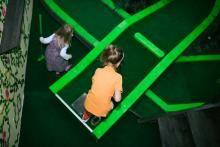 Tallinnan Vapaudenaukion tuntumassa sijaitseva CityJungle Adventure Golf keskittyy tekemään minarigolfista hauskan elämyksen. Paikassa on 15 rataa, joista osan pelaamista ryydittävät erikoistehosteet kuten UV-valot. Golfaamisessa on viidakko- ja Indiana Jones -henkeä. Kaikkien ratojen pelaamisen kuluu aikaa noin 1,5 tuntia. Täällä voi myös järjestää syntymäpäiväjuhlia ja ajan pelaamiseen voi varata nettisivuilla. #minigolf #cityjungleadventuregolf #tallinn #tallinna #eckeroline
