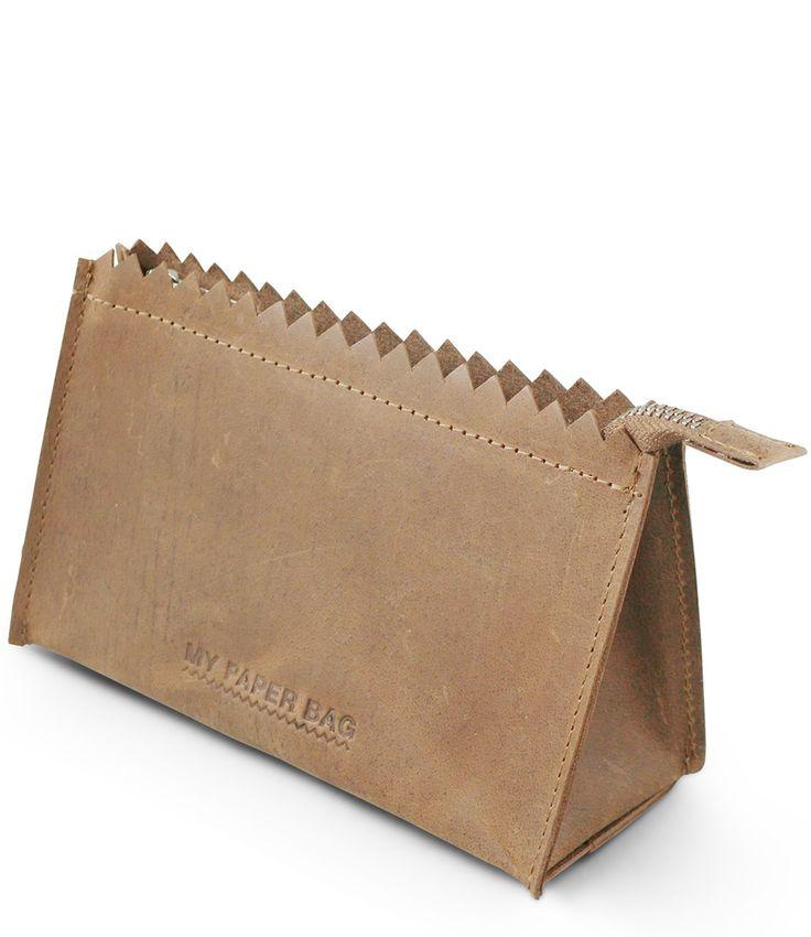 De My Paper Make-Up Bag van MYOMY is de perfecte accessoire voor je kleine make-up spullen. Het tasje is uitgevoerd in hoogwaardig fair-trade leer van Indiase afkomst.