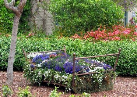 Patul de flori - Iata cum puteti da o noua viata unui pat metalic pe care il credeati bun doar pentru fier vechi. Peisagist: Margie Grace