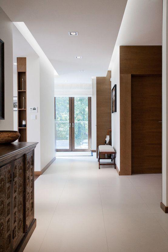 Nowoczesny elegancki korytarz, aranżacja korytarza. Zobacz więcej na: https://www.homify.pl/katalogi-inspiracji/26118/stylowe-wnetrze-domu-w-krakowie