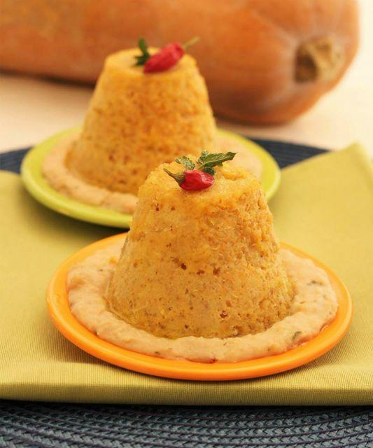 Sformatino di polenta e zucca in salsa di cannellini - ricetta vegetariana.