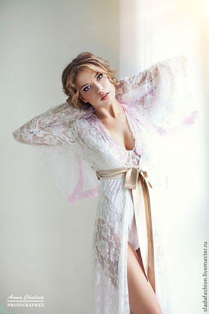 Купить или заказать Пеньюар 'Афродита' в интернет-магазине на Ярмарке Мастеров. Утонченный и соблазнительный пеньюар из кружева прекрасно подойдет невесте для первой брачной ночи или же для сборов невесты перед свадьбой, для свадебной фотосессии, которая сейчас становится такой популярной. В этой нежной модели Вы будете чувствовать себя по-королевски и произведете неизгладимое впечатление! Цветочный рисунок создает эффект бабочек, насаженных на пеньюар.