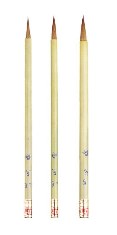 Chinese Penselen  Samenstelling gemengd haar  Gelakte bamboesteel  Totale lengte ca. 26 cm.  Links art. 14 haarlengte 70 mm. dikte 17 mm.  Rechts art. 12 haarlengte 60 mm. dikte 14 mm.
