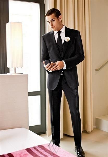 Черный мужской костюм на свадьбе