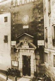 Portale di ingresso al Monte di Pietà di Verona, già sede della Fondazione, in una fotografia di Maurizio Lotze del 1886.