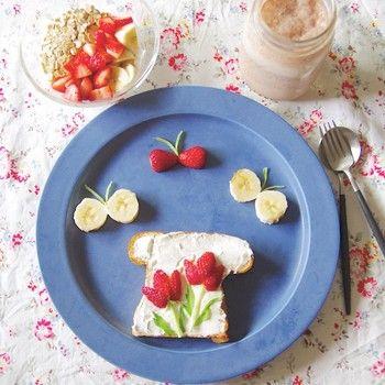 クリームチーズを塗って、イチゴの花を咲かせたデザートのようなトースト!たまには甘い朝ごはんも嬉しくなりますよね。
