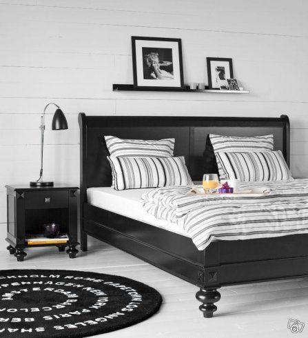 Sängstomme och nattduksbord i svart trä | Skåne