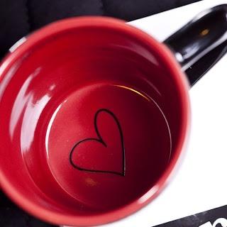 Pensez rajouter un petit détail tout au fond de votre pièce de céramique, pour donner le sourire à celui ou celle qui l'utilise... même après la dernière gorgée!