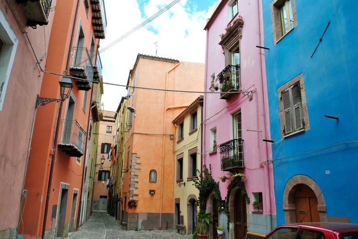 I colori di #Bosa - Via Bonaria Il 25 aprile alle ore 11.00 Invasori: Maria Pia Cossu e Claudia Cadoni