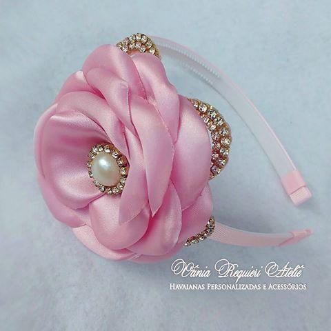 Bom dia!! Lindas peças para um linda princesa!! @erikamiranda6950  #tiaraflores #tiarasdeluxo #flores #perolasstrass #maedeprincesa #maedemenina #mundorosa #feitocomamor #vaniarequiereatelie ❤