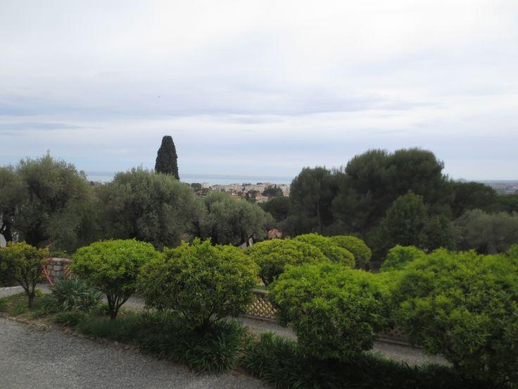 Maisema Renoirin kodista avautuu kukkulan yli välimerelle