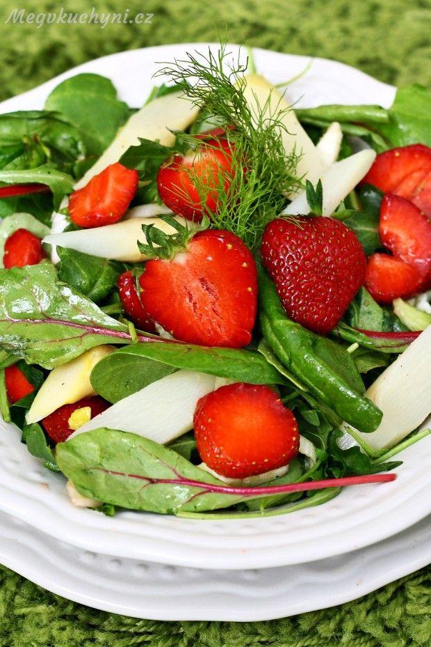 Salát s chřestem, fenyklem a jahodami