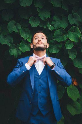 Marié chic avec ce costume trois pièces bleu roi et son noeud papillon rose - Ambiance champêtre chic