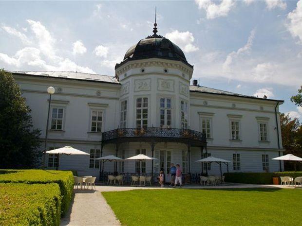 """Kaštieľ v Beladiciach v denníku Pravda  """"Nájsť na Slovensku kaštieľ nie je žiadny problém. Má ho približne každá siedma obec. Natrafiť na človeka, ktorý by sa o tieto majestátne, no neraz zdevastované budovy vedel príkladne postarať, je už hotový kumšt....."""" Viac - http://spravy.pravda.sk/domace/clanok/174461-na-kastiele-zatial-dorastlo-len-malo-ludi/"""