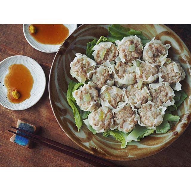 fujifab12 on Instagram pinned by myThings 続いての#Vadaレシピ は… 豚さんと玉ねぎさんのシュウマイですよ〜 豚肉は挽き肉&バラ肉刻み 玉ねぎは大きめ微塵を塩揉み  たっぷりキャベツを敷いて蒸しあげます。  これも好き好きですが、私はお店の整った、よく練ったシュウマイよりも 手作り感のある粗野な感じのシュウマイが好みです。  薄味なので酢醤油、辛子酢醤油、ポン酢etc付けて召し上がれ❤️ #やちむん#與那城徹#民藝#食器#foodpic#feedfeed@thefeedfeed#KAUMO#管理栄養士#dietitian#ヘルシー#Vadaantiques@Vadaantiques#夜ごはん#おうちごはん#dinner#シュウマイ#しゅうまい#焼売#春キャベツ