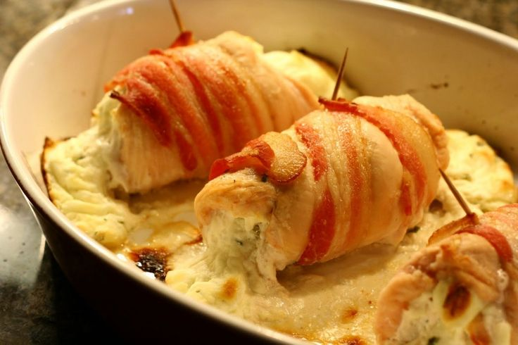 Sajtos csirkemell baconbe tekerve, csodás étel 30 perc alatt! Az olvadozó sajt nagyon csábító! :)