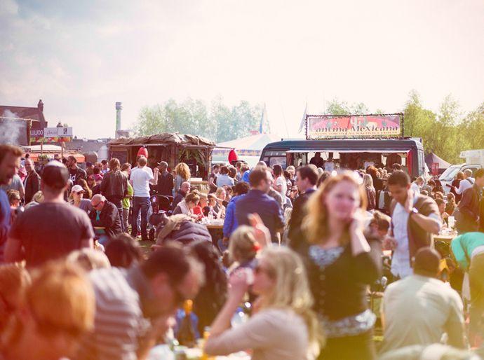 DE ROLLENDE KEUKENS   Meer dan honderd tot mobiel restaurant, bakkerij of rookoven omgebouwde bakbrommers, dubbeldekkers, pipowagens, campers, vrachtwagens, aanhangers en busjes vormen dit weekend één groot openluchtrestaurant. Met passende muzikale begeleiding natuurlijk.  13 t/m 17 mei 2015 Westergasfabriek Toegang: Gratis  Pazzanistraat 35, 1014 DB Amsterdam,