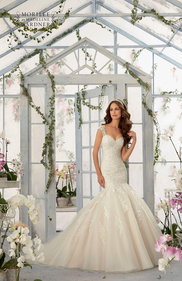 Cudowny mieniące się koronki, dekolt w kształcie serca i tiulowa spódnica rozszerzająca się w połowie bioder. Niesamowita suknia ślubna Mori …