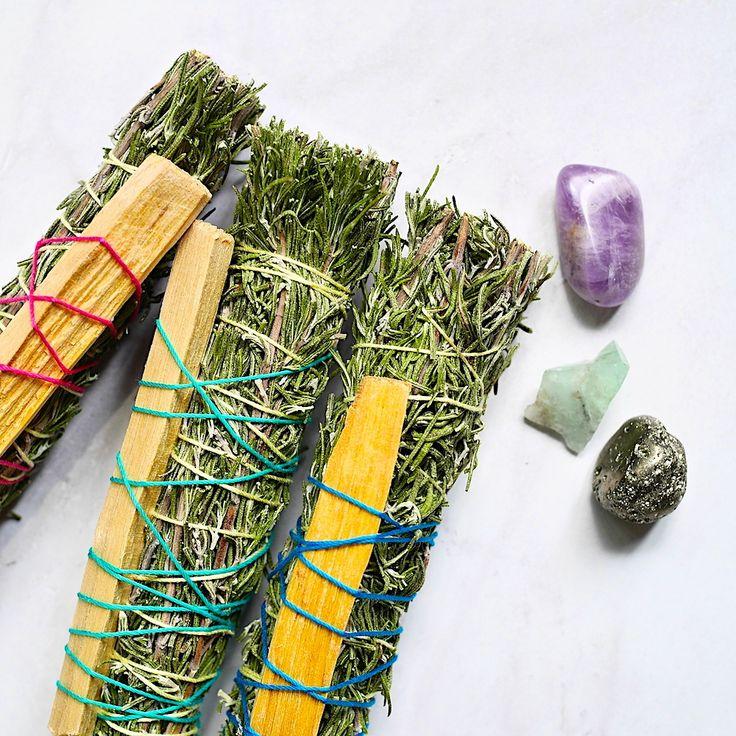 スマッジング用のハーブバンドル1本売りです。自家栽培のローズマリーと買い付けしたパロサントのハーブバンドル。スマッジングとはネイティブアメリカンの間でホワイトセージを利用し、人や物、空間、水晶、部屋などを浄化する為に行われてきた方法です。パロサントは、幸福を呼び込む香木としてインカ帝国の時代から、アンデスのシャーマンが儀式で使ってきた香木です。スマッジバンドルに火をつけ炊いて、煙を部屋にいきわたらせた後に窓を開けます。悪い気を煙が吸収して外に逃がしてくれます。置いておくだけでも甘い芳香が漂い、良いエネルギーが集まってくると言われています。ヨガや瞑想の前に...掃除の仕上げに...空間が浄化され、清々しい気持ちになれます。※紐の色はお任せください。※紐 cotton:100%※火の取り扱いには十分に注意してください。※体調不良や妊娠中、授乳中の方は安全性を重視し使用を控えてください。※当方では一切責任は負いかねますので予めご了承ください。
